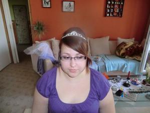 ...3 A bez závoje a zadní vlasy vyčesány (bez lokýnek)