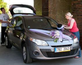 výzdoba auta nevěsty a příprava klobouku na ženichovo fáro
