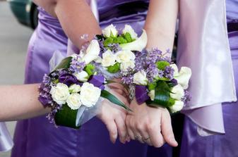 květinové náramky družiček