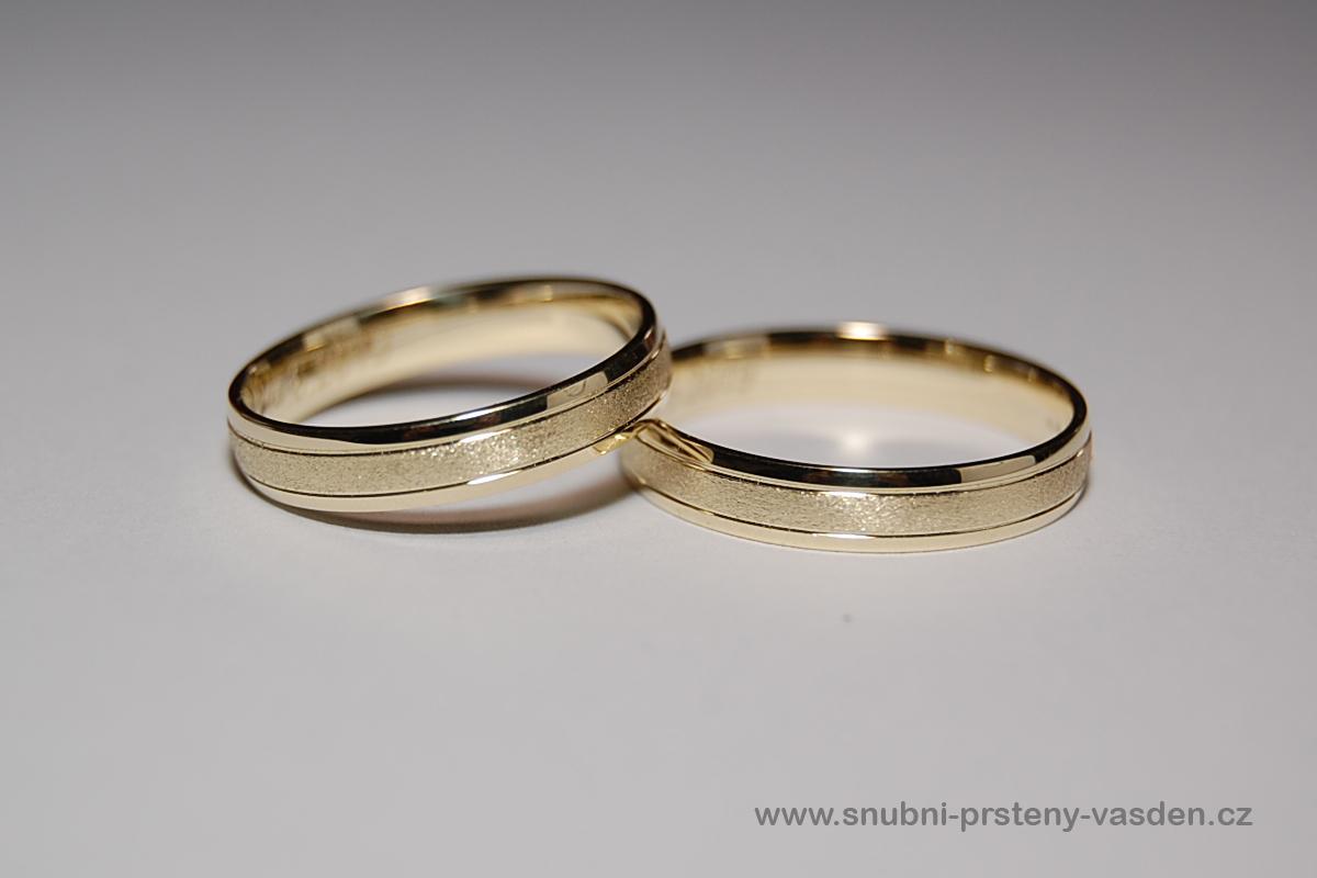 Vánoční sleva zásnubních a snubních prstýnků -10% - Snubní prsteny - model 102 ve žlutém zlatě bez kamene. Cena po slevě -10% je cca 15370 Kč bez kamene, 15450 Kč se zirkonem a 16700 Kč s briliantem. http://www.snubni-prsteny-vasden.cz/