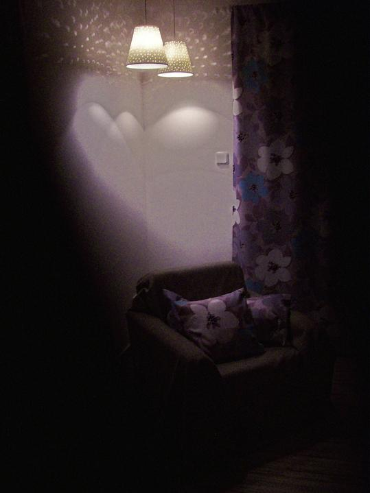 Moje večerní romantika - jednou místo křesla bude komoda, na ní fotky a jiná potřebná dekorace... přemýšlím, že za ty světla dám ještě zrcadlo, aby se to krásně odráželo...