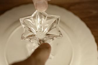 ...přilepte epoxidovým lepidlem svícen či jinou vhodnou nožičku...