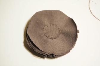 Nejmenší kolečko na zadní straně slouží pro zpevnění a uchycení sponky či brožového můstku