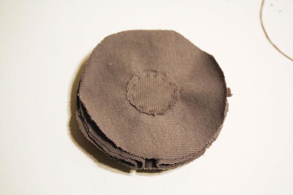 DIY návody a nápady - Nejmenší kolečko na zadní straně slouží pro zpevnění a uchycení sponky či brožového můstku
