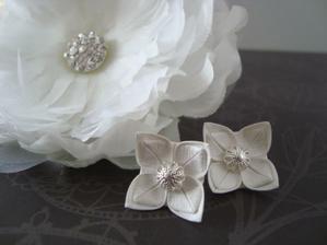 Svatební naušnice a květina do vlasů
