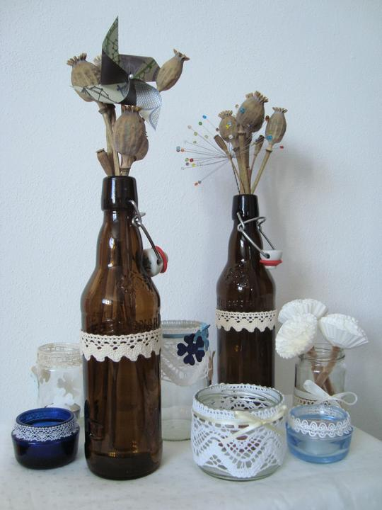 Notre mariage - A dekorace se taky množí :-) Pivní lahve jsou na venkovní stoly, do kempu akorát :-)