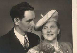 Babička drahého měla na svatbě vlastnoručně vyrobený klobouk. Kam se se svými DIY hrabeme, milé dámy :-D