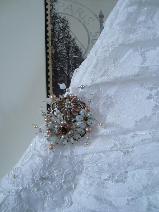 Notre mariage - Detail šatů s broží