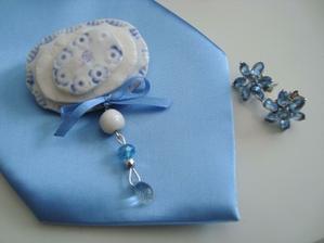 Ženichova kravata a naušky, které budou na svatbě. Změna je život :-)