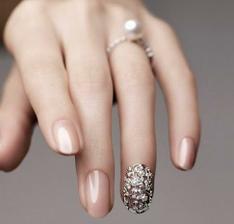 Akcentovaný prsteníček...