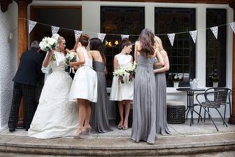 Pěkné barevné ladění a zajímavé nevěstí šaty