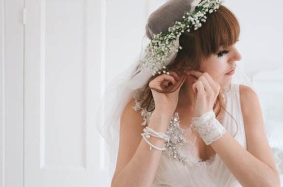 Coiffures, robes, bouquets et autres choses - Místo španělské krajky nevěstin závoj. A proč ne?