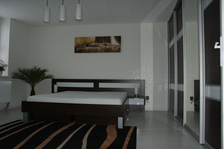 Realizacie - posteľ 180 x 200 (2 x uložný priestor na kolieskach)  v dek. Wenge + Lacobel Pure White