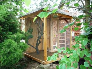 Voliéru pro zebřičky k zahradnímu domku