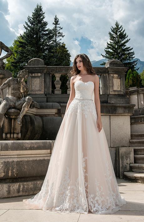 Čipkované svadobné šaty s katedrálovou vlečkou - Obrázok č. 1