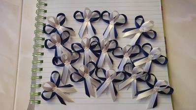 Svadobné pierka - tmavomodrá + ivory (pre chlapov - svadobčanov )