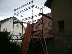 A už to začalo, střecha dostane nový kabát