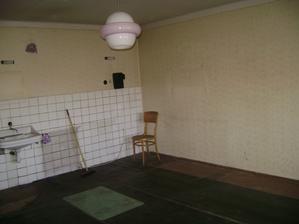 Původní kuchyně, příčka za židlí už tu není a kuchyně bude spojená s obývákem