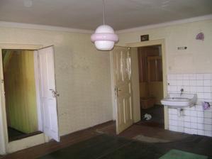 dveře vlevo zazděné a po celé zdi bude kuchyňská linka