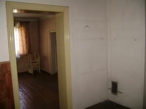 Vchod do ložnice, vpravo v rohu budou kanadská kamna