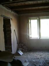 A už to vypuklo...naše noční můra, bourání starých stropů...