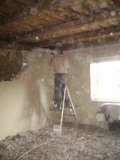 Bourání příčky, za zdí komůrka, budoucí obývák spojený s kuchyní