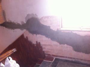 Odpad ve zdi na chodbě..
