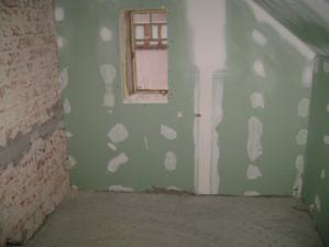 Pod okýnkem bude vana... Do týdne začínáme obkládat Rako Defilé...:-)