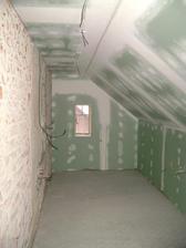 Koupelna...už to vypadá trochu jinak :-) A v zemi podlahové topení, které jsem sem tak chtěla...