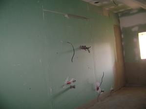 už vyrovnaná zeď v koupelně, brzy se bude obkládat :-)