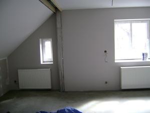 obývák s kuchyní, vymalováno a radiátory visí...