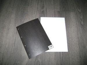 na podlaze dva vzorky, jak bude vypadat kuchyň... bílá lesk + wenge, už se těším :-)