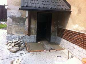 a betonek před hlavní dveře, na něj přijde zelený koberec ala trávník