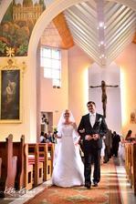A presne podľa rady od niektorej profi fotografky, čo o tom tu na MS písala...Kráčame spolu, ako manželia z kostola, bez kňaza :)
