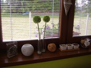 Hnedé okná, podľa mňa super. Na parapete vôbec nevidieť prach. Ja som určite spokojná.
