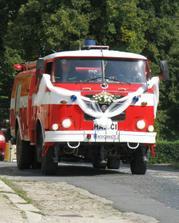 novomanželská jízda v hasičském autě
