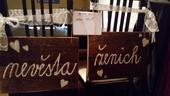"""dreveny napis na zidle """"zenich"""" a """"nevesta"""","""