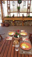 Dnes je krasně,tak jsme zahájili sezonu obědů na terase...😊