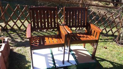 Vyuzila jsem slunecny den a zacala natirat venkovni nabytek.