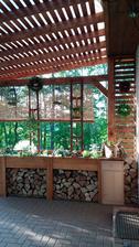 Další  část terasy hotová,spokojenost😊..skříňka je jen provizorní,časem bude dřevěná na míru..