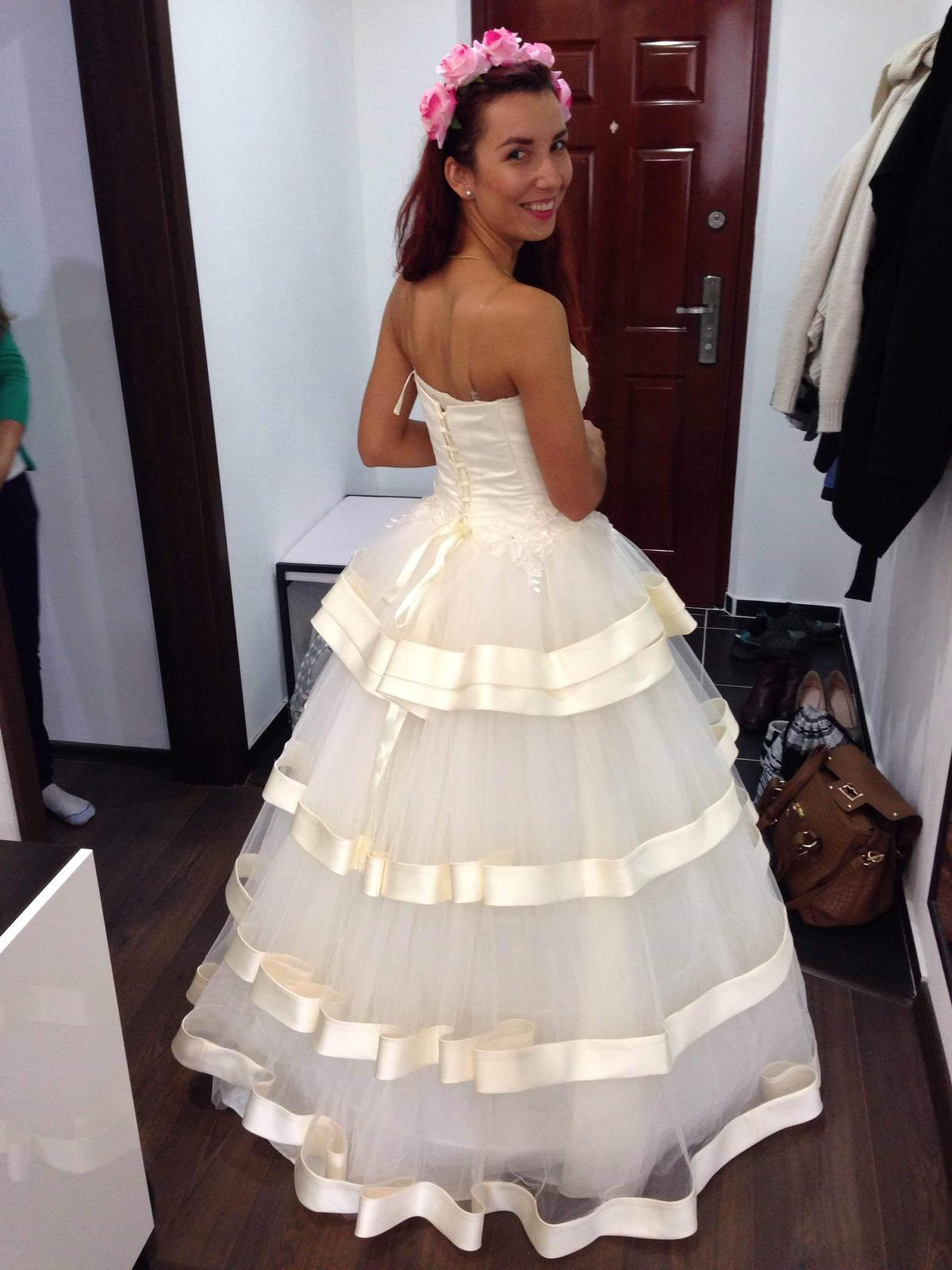 Zaujímavé smotanové svadobné šaty  - Obrázok č. 4