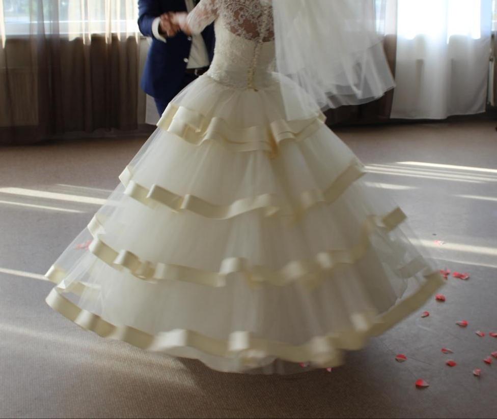 Zaujímavé smotanové svadobné šaty  - Obrázok č. 1