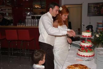 A krájame tortu...kto má ruku navrchu? vraj je to veľmi dôležité...