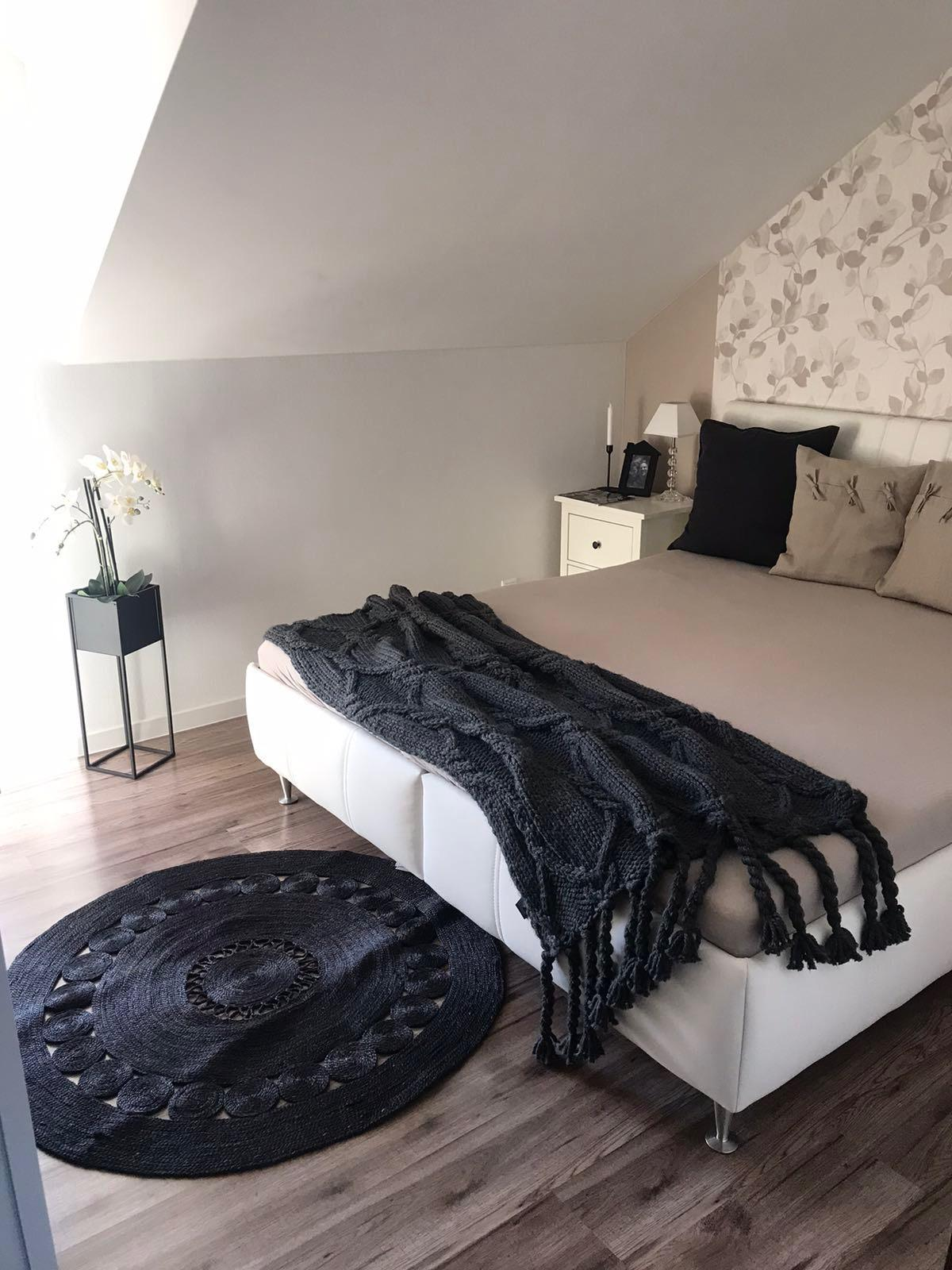 Začiatok 3. roku bývania vo vytúženom domčeku - Stačí vymeniť koberček, deku, vankúše a pár dekorácii a hneď vypadá spálňa ináč😉