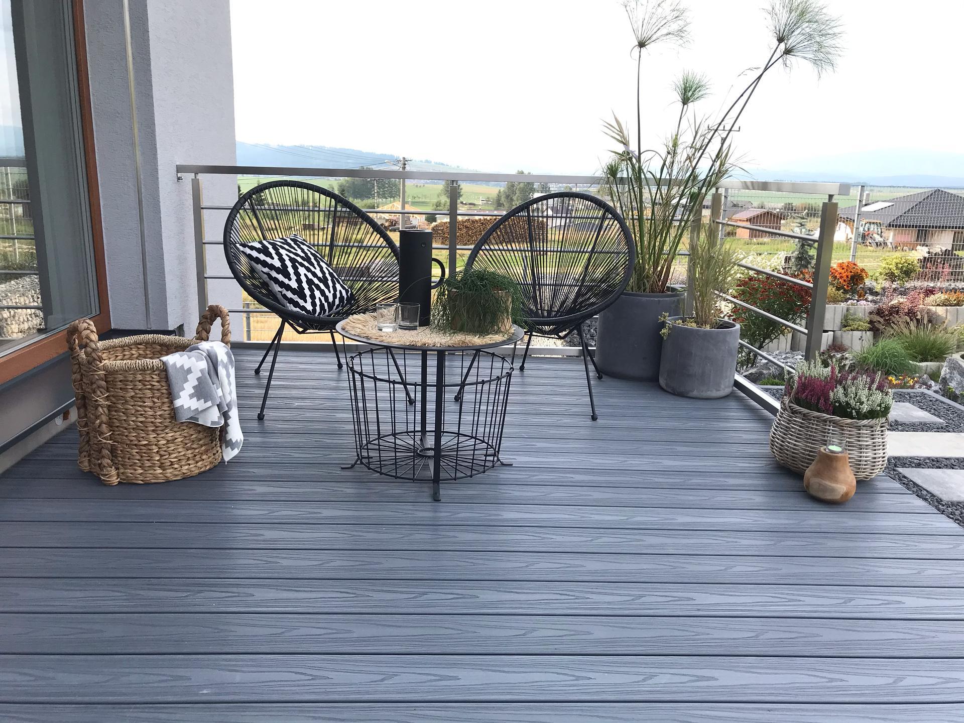Začiatok 3. roku bývania vo vytúženom domčeku - Trošku dekorácii a hneď vyzerá terasa ináč, som šťastná, že ju máme🙏😉