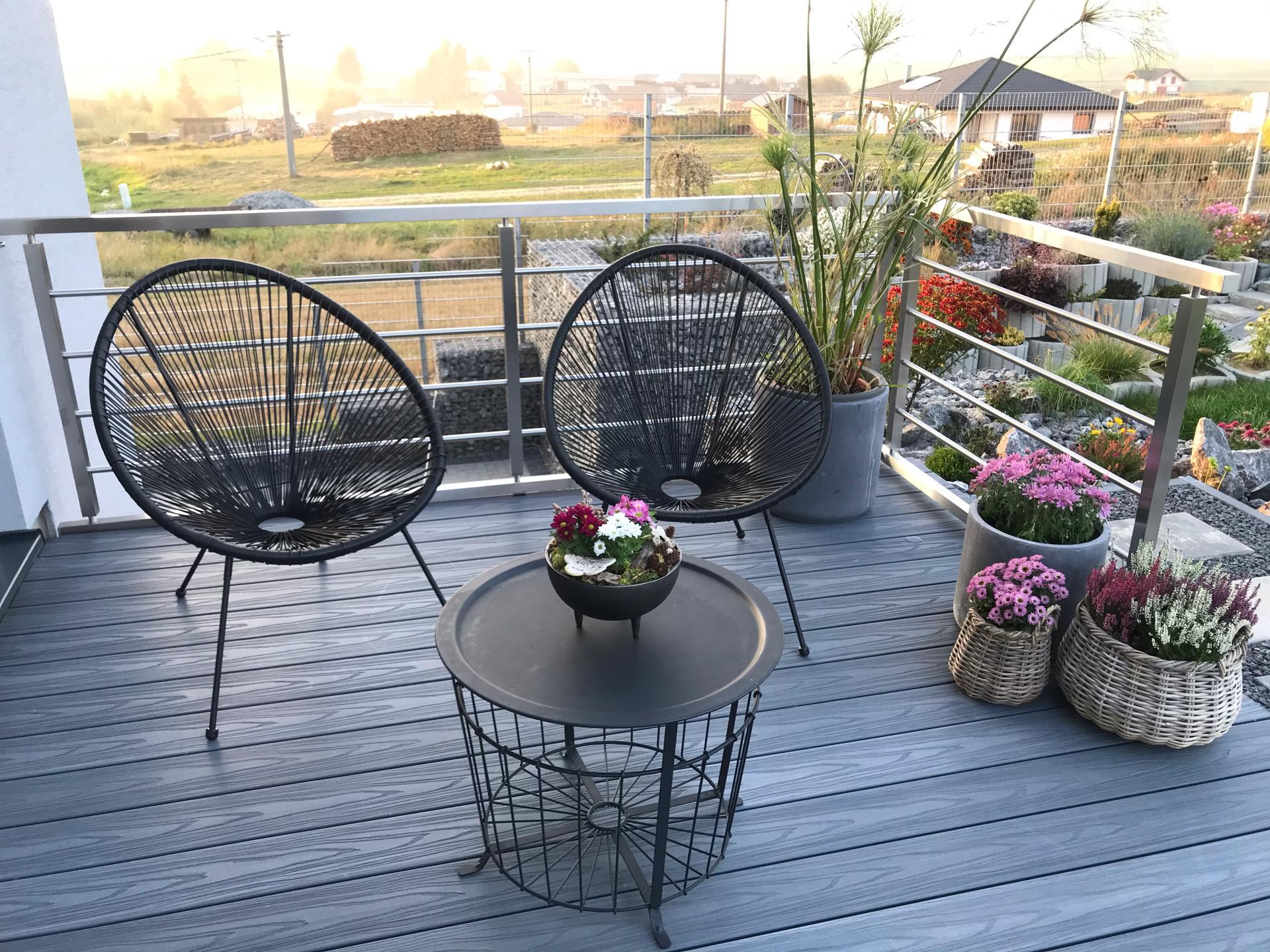 Začiatok 3. roku bývania vo vytúženom domčeku - Dnes kúpené a zasadené mini chryzantémy- radosť z lidla😉
