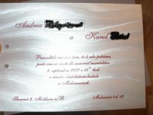 text slovenskeho oznamka a papier, je taky strieborny leskly a su na nom take vlnovky