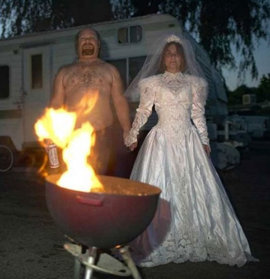Svatební katastrofy - tolik saténu a krajky něco stojí na košili pro ženicha nezbylo