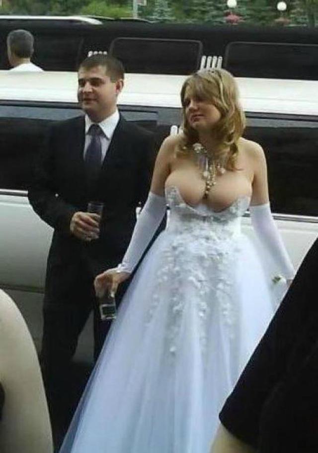 Svatební katastrofy - decentní výstřih, tak jak to má ženich rád