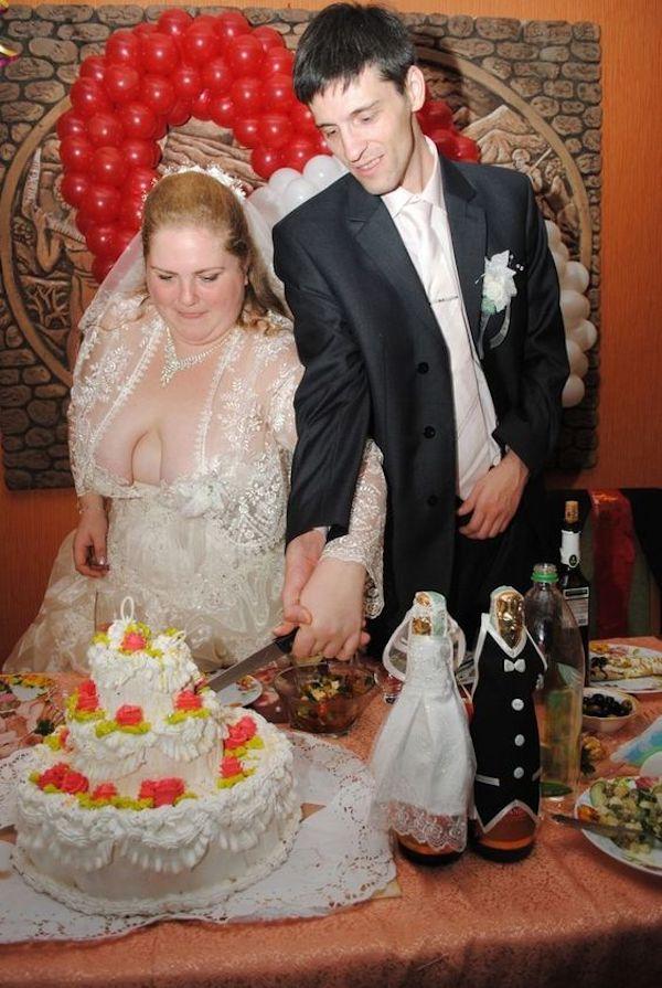 Svatební katastrofy - do svatebních se nedáva podprsenka.. prosvitajíci ramínka jsou fopá!!!